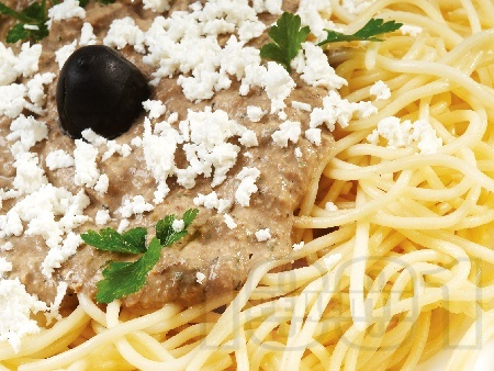 Спагети със сос от шпроти или аншоа, каперси, орехи и маслини - снимка на рецептата